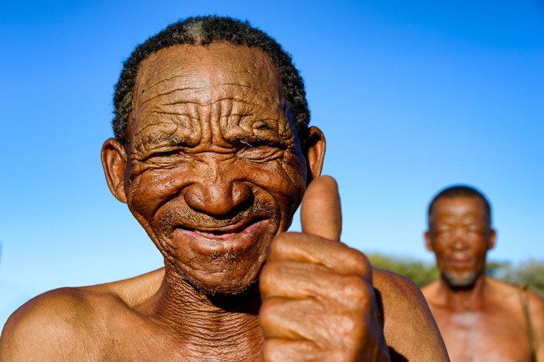 Alter Buschmann fotografiert auf einer Fotoreise in Namibia mit Benny Rebel Fotosafaris GmbH