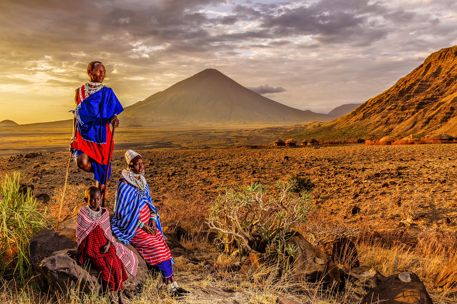 Massai vor dem Oldonyo Lengai auf einer Fotoreise fotografiert von Benny Rebel