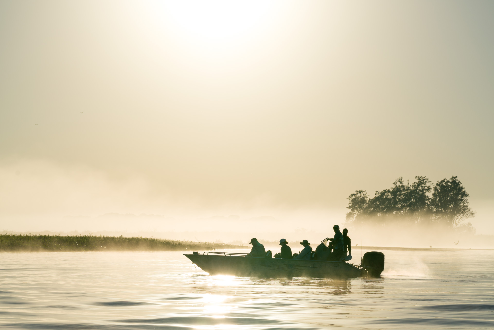 Boot im Nebel auf einer Fotoreise im Pantanal Brasilien . Fotosafari