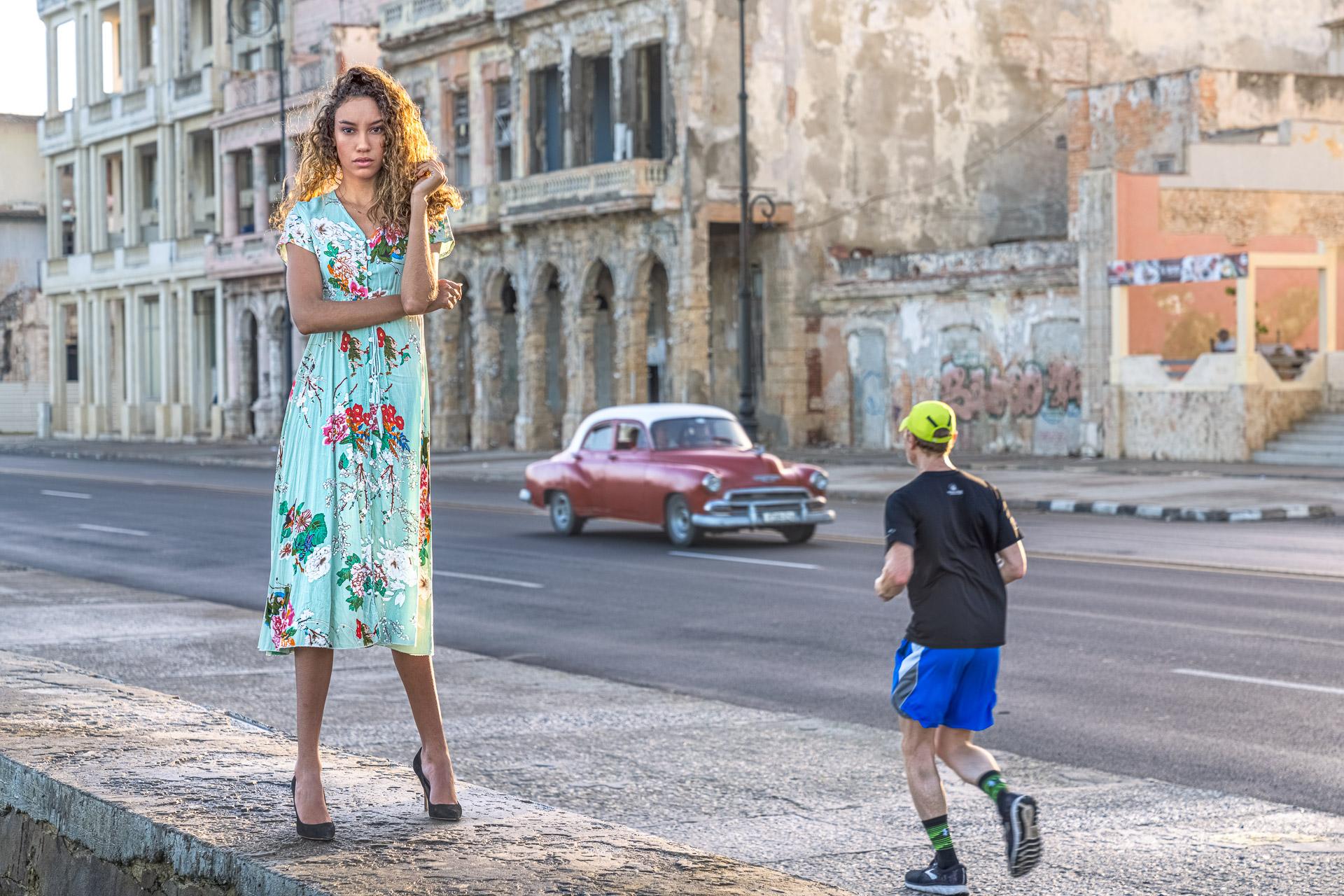 Fotomodell auf Kuba, Oldtimer und Jogger im Hintergrund - Fotoreise Kuba