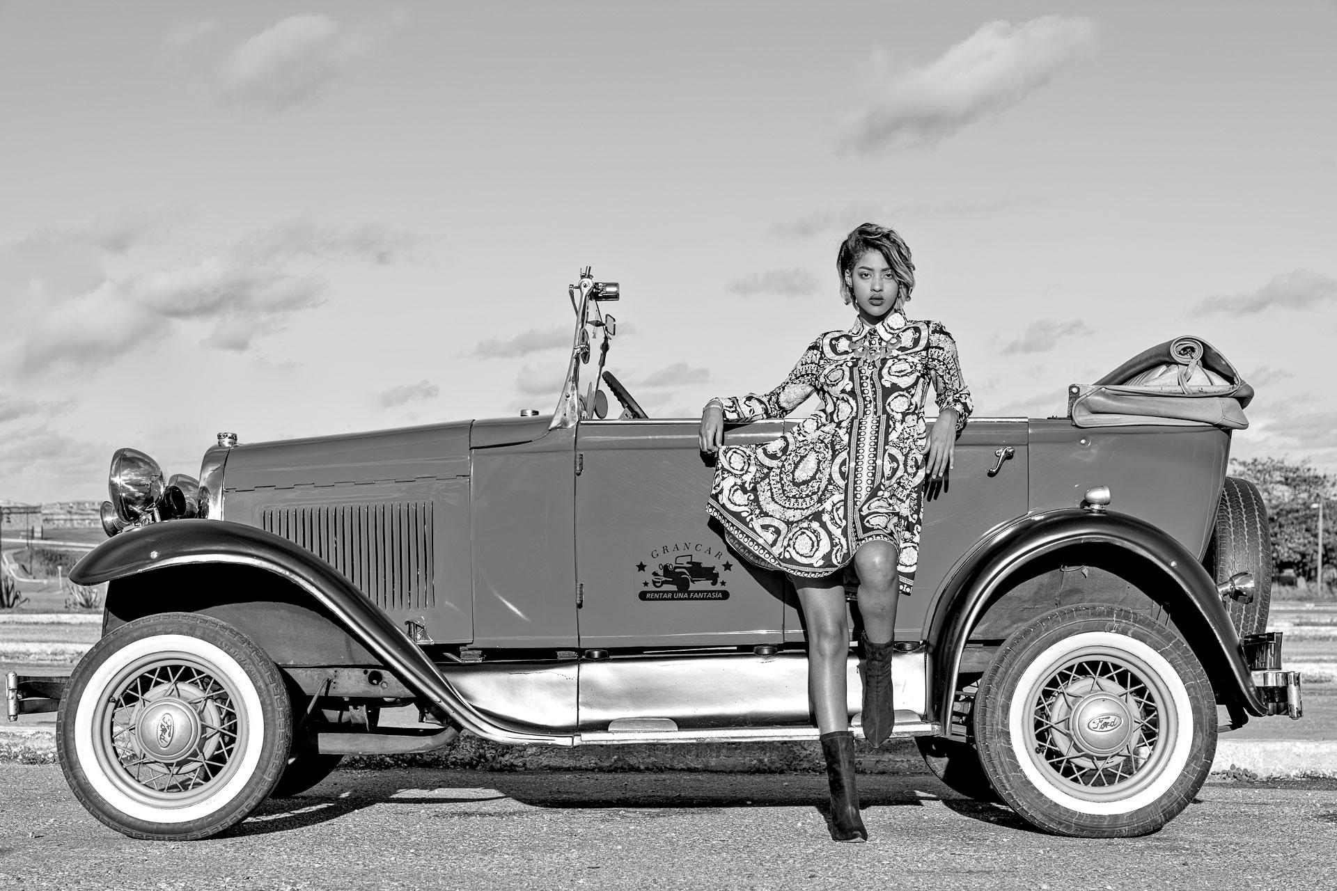 Fotomodell fotografiert vor einem 1929-Ford auf einer Fotoreise in Kuba - Schwarzweiß