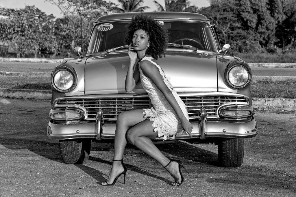 Oldtimer und Fotomodell fotografiert auf einer Fotoreise in Kuba