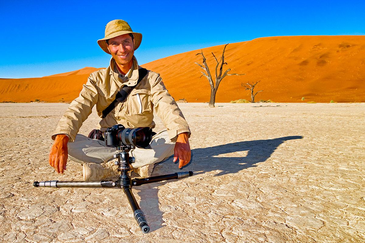 Benny Rebel fotografiert mit seiner Fotoausrüstung in Dead Vlei auf einer Fotoreise in Namibia