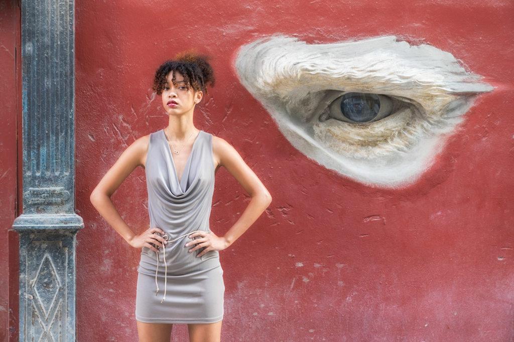 Fotomodell vor dem Auge aus der Wand. Fotografiert auf einer Fotoreise in Kubas Havanna.