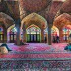 Der Regenbogen in einer wunderschönen Moschee im Iran