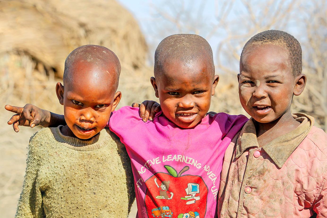 Massai-Kinder fotografiert von Benny Rebel auf einer Fotoreise durch Afrika - Fotosafari
