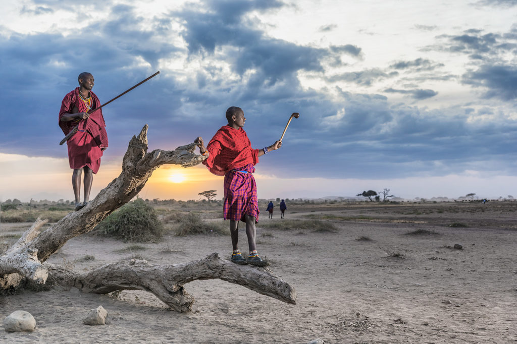Massai-Krieger auf einem Baum fotografiert auf einer Fotoreise von Benny Rebel in Kenia - Fotosafari