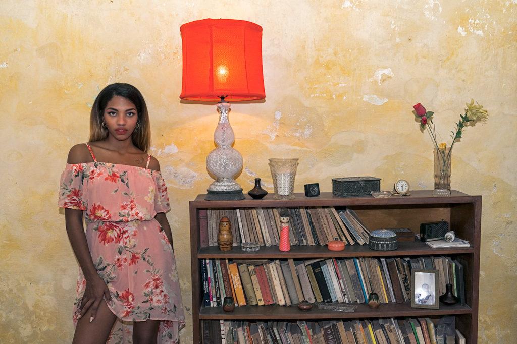 Fotomodell in einer Kolonialvilla fotografiert von Benny Rebel auf einer Fotoreise durch Kuba