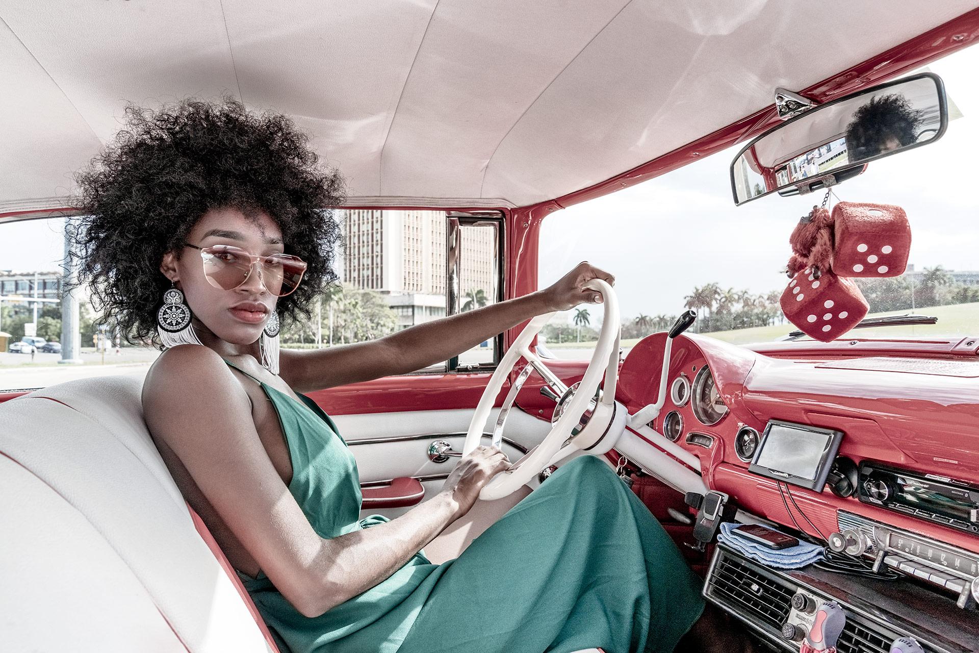 Fotomodell auf Kuba in einem Oldtimer fotografiert auf einer Fotoreise mit Benny Rebel