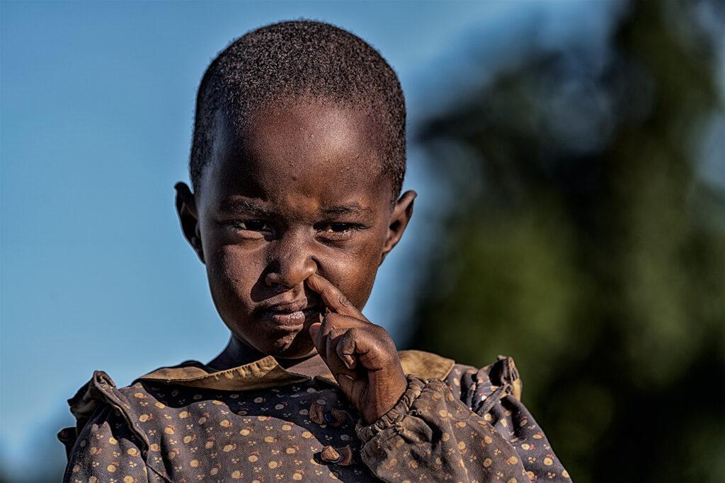 Massai-Mädchen popelt in Tansania und fotografiert auf einer Fotoreise