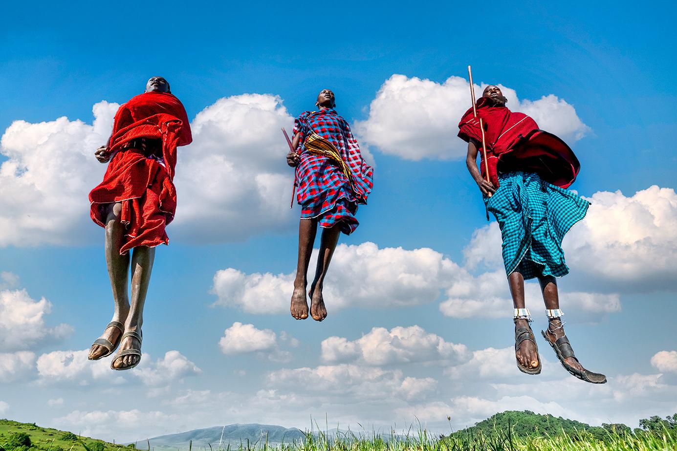 Massai Krieger springen in die Luft am Ngorongoro Krater auf einer Fotoreise durch Tansania mit Benny Rebel Fotosafaris GmbH